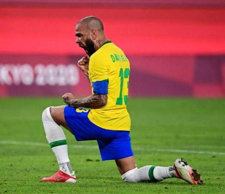 dani-alves-tokio-brasil-semifinal