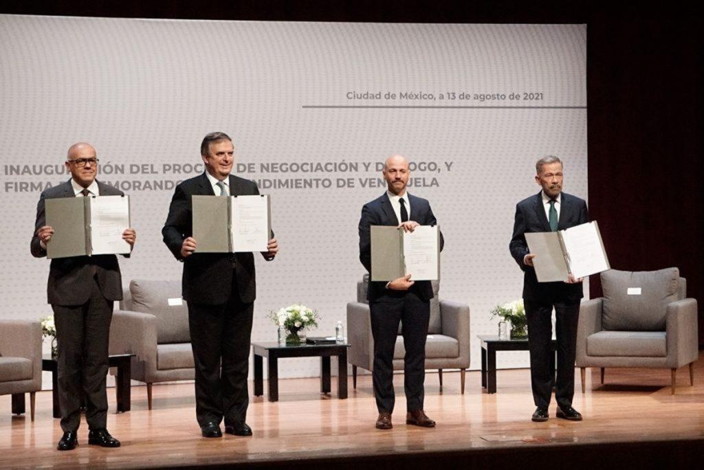 El gobierno de Venezuela y la oposición se comprometieron este viernes a llevar a cabo un proceso de diálogo y negociación integral para lograr acuerdos que lleven a la celebración de elecciones, a que se levanten las sanciones económicas