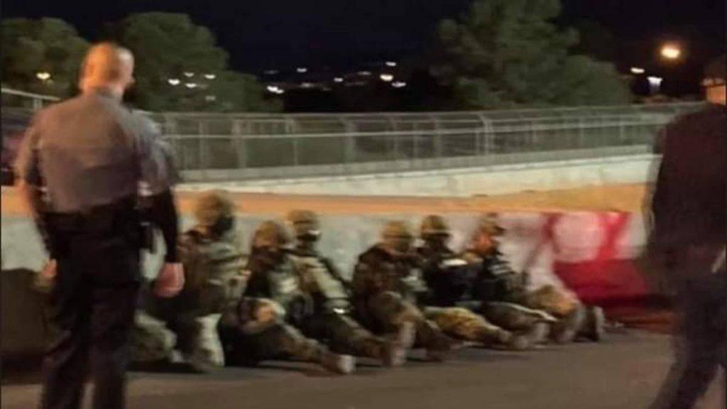 Militares mexicanos fueron detenidos en Estados Unidos luego de que cruzaran la frontera en el puente internacional Córdova-Américas, entre Ciudad Juárez, Chihuahua y El Paso, Texas.